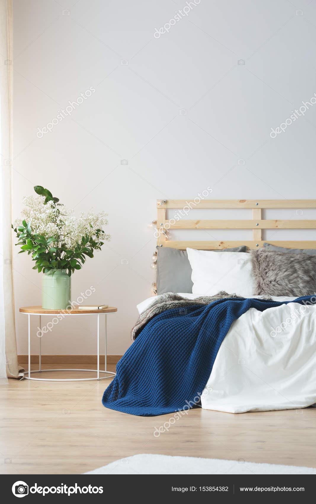 Fiori in camera da letto — Foto Stock © photographee.eu #153854382