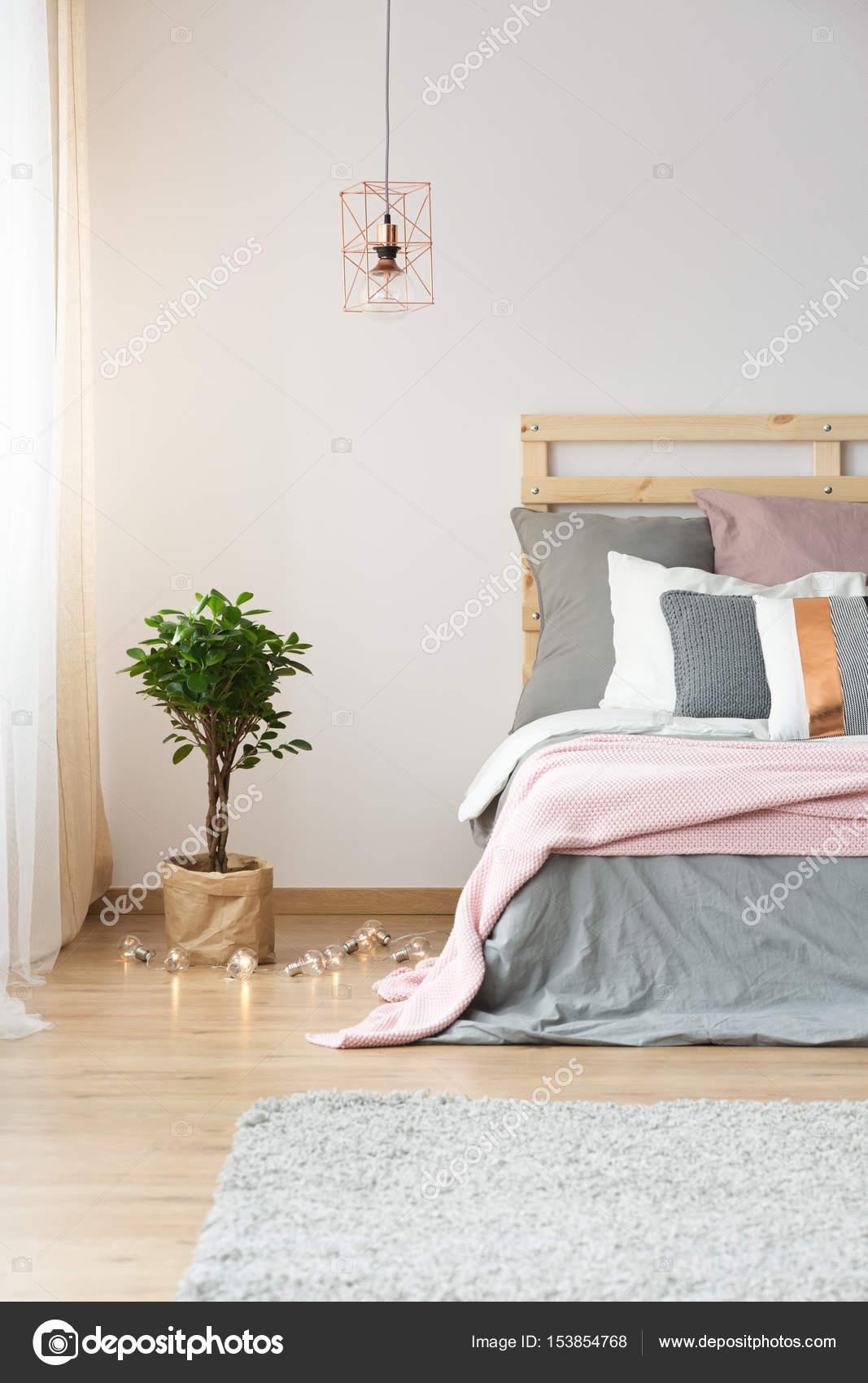 Moderna decorazione in camera da letto — Foto Stock © photographee ...