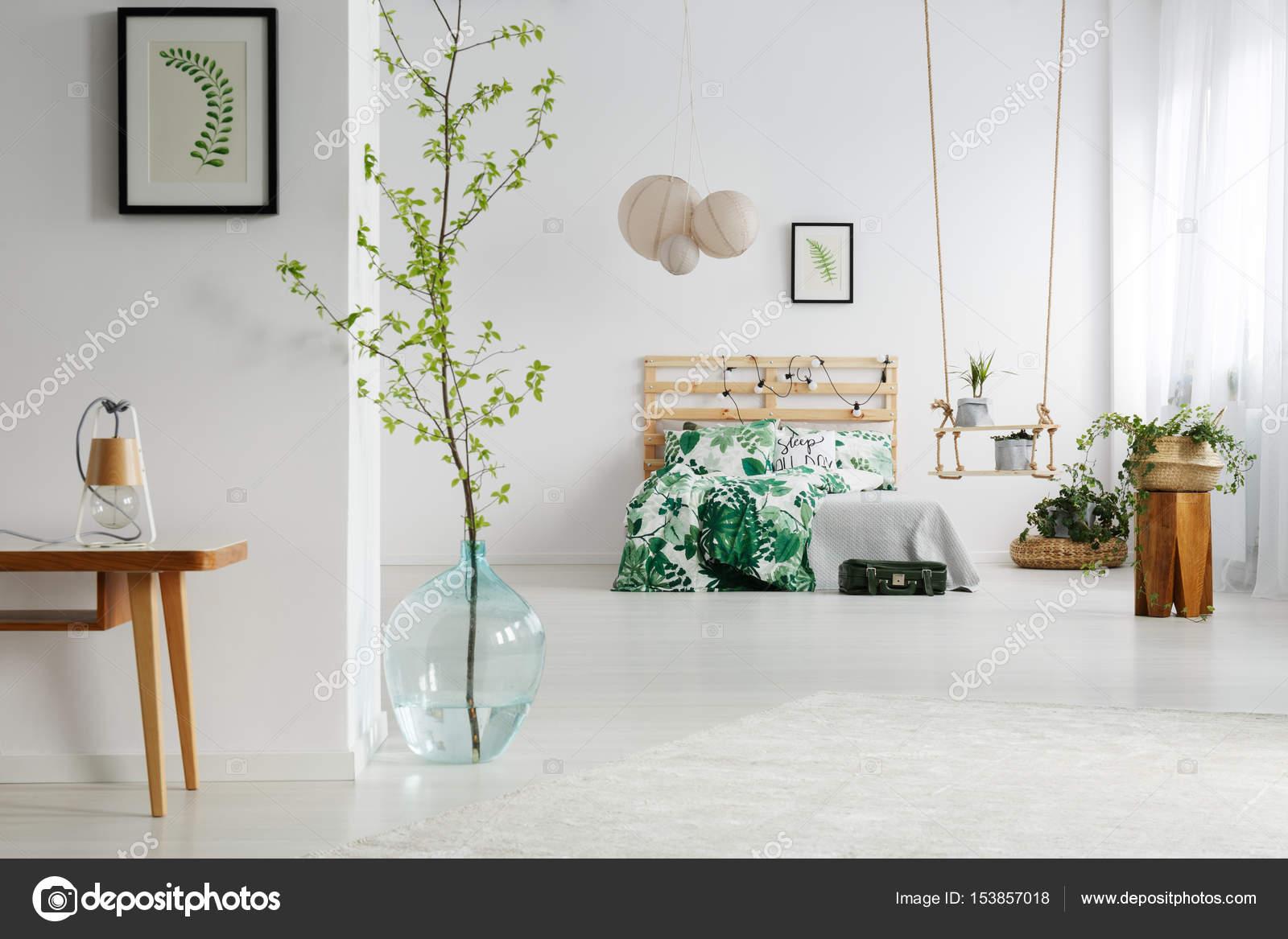 https://st3.depositphotos.com/2249091/15385/i/1600/depositphotos_153857018-stockafbeelding-wit-slaapkamer-met-planten.jpg