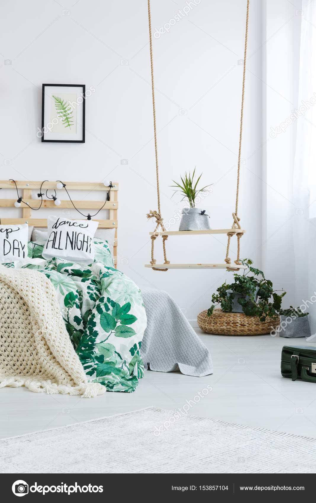 Camera da letto con Diy swing mensola — Foto Stock © photographee.eu ...