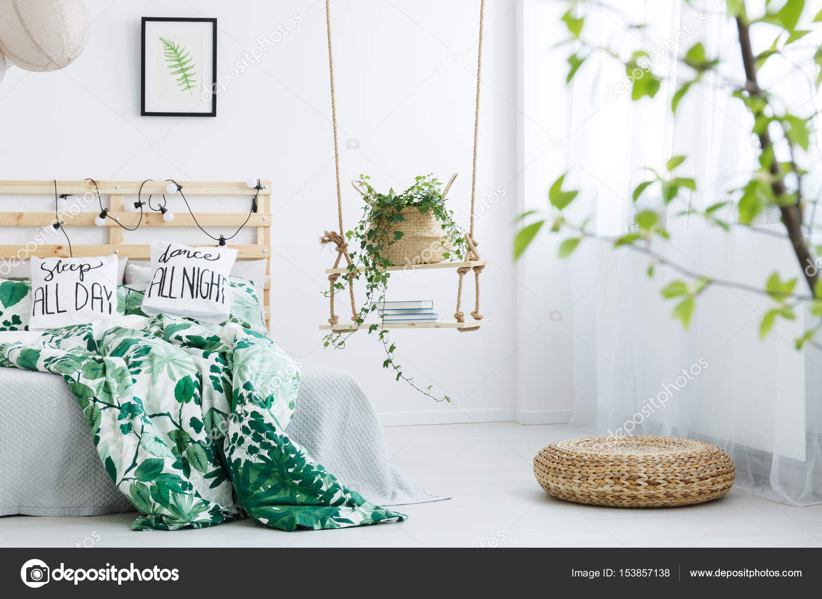Camera da letto bianca con pouf in rattan — Foto Stock ...
