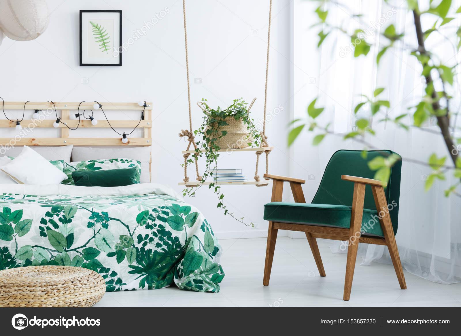 Camera da letto con poltrona di cavolo verde — Foto Stock ...