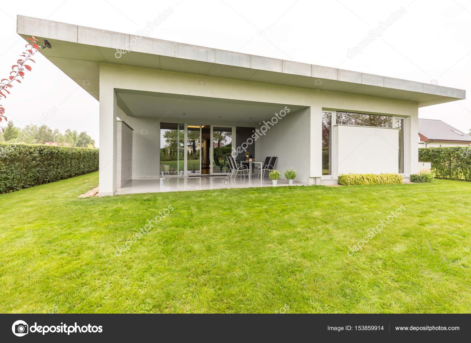 Nettes Einfamilienhaus Im Garten Stockfoto C Photographee Eu