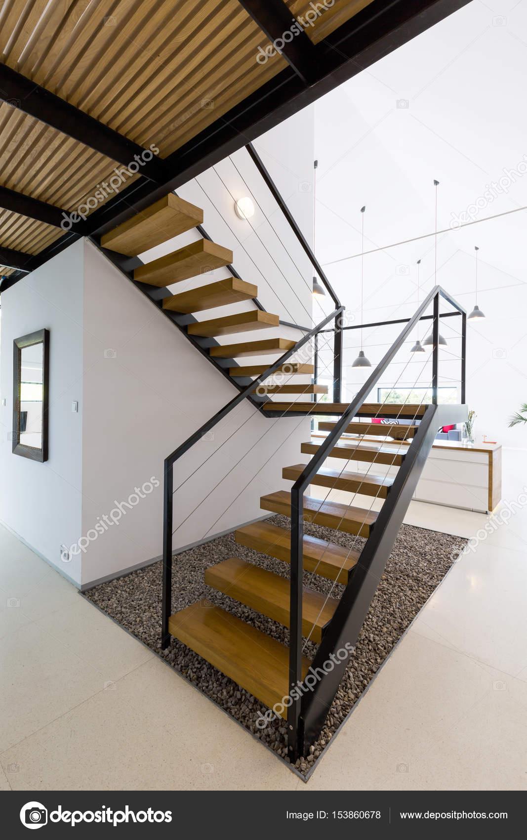 Moderne houten trap stockfoto 153860678 for Moderne houten trap