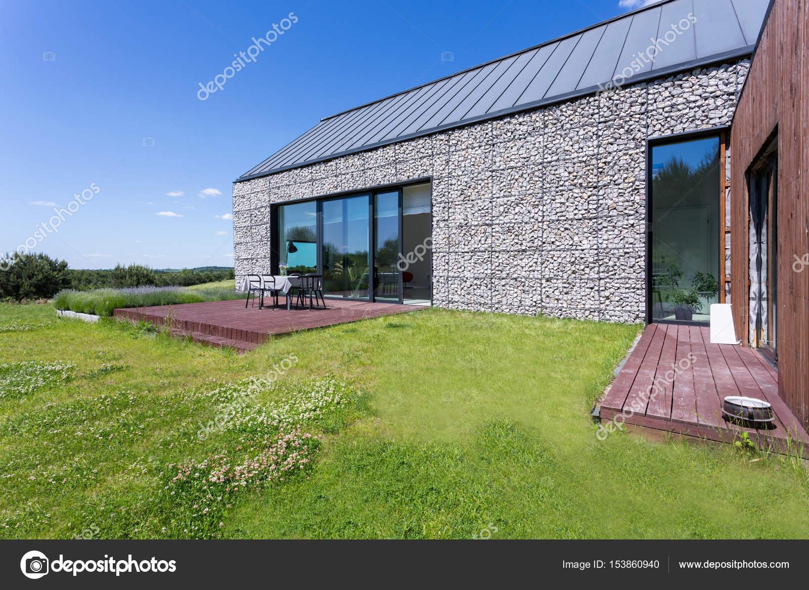 Maison moderne en pierre avec terrasse — Photographie photographee ...