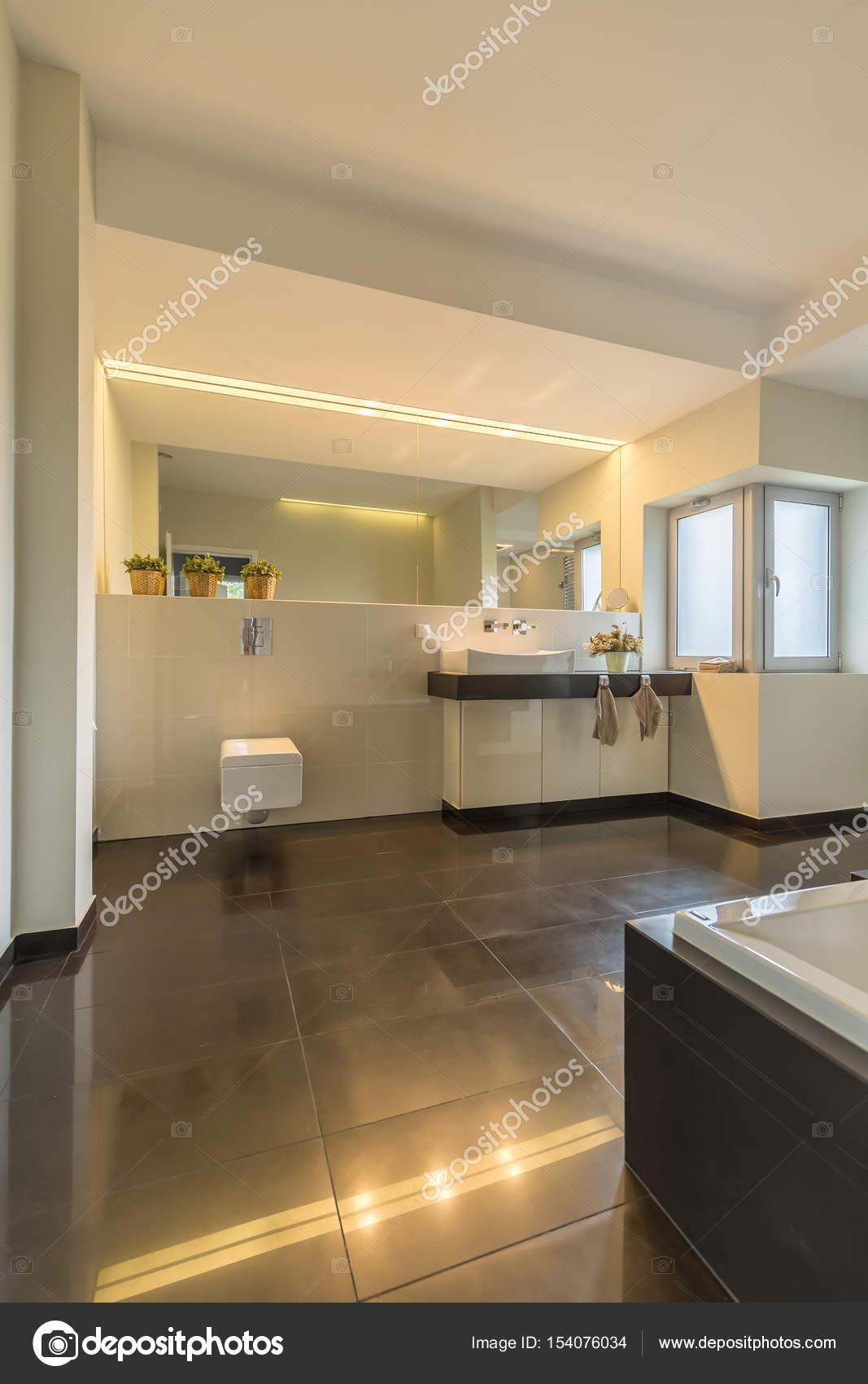 Moderne Beleuchtung im Badezimmer — Stockfoto © photographee.eu ...
