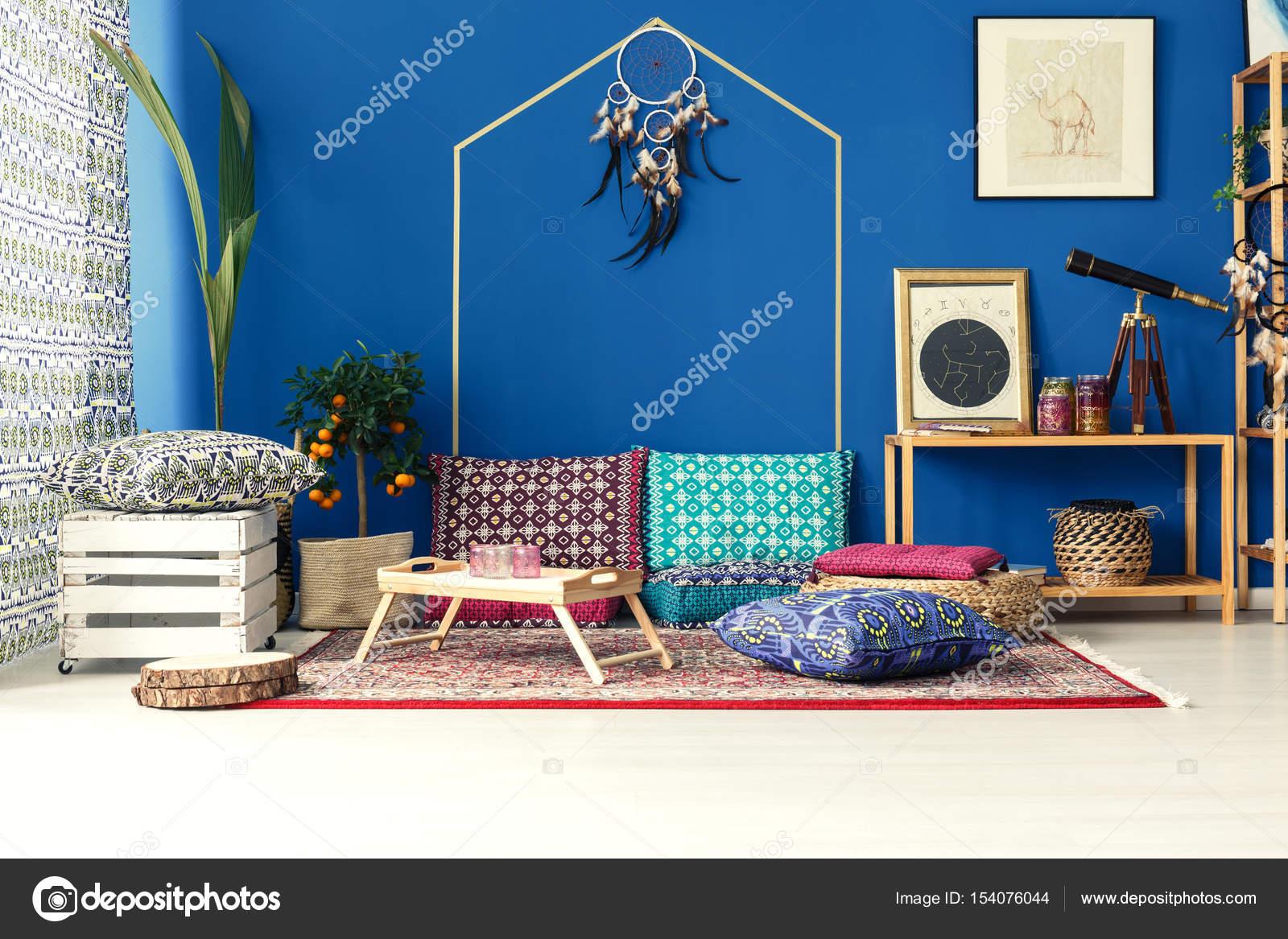 oosters interieur met kleurrijke kussens stockfoto