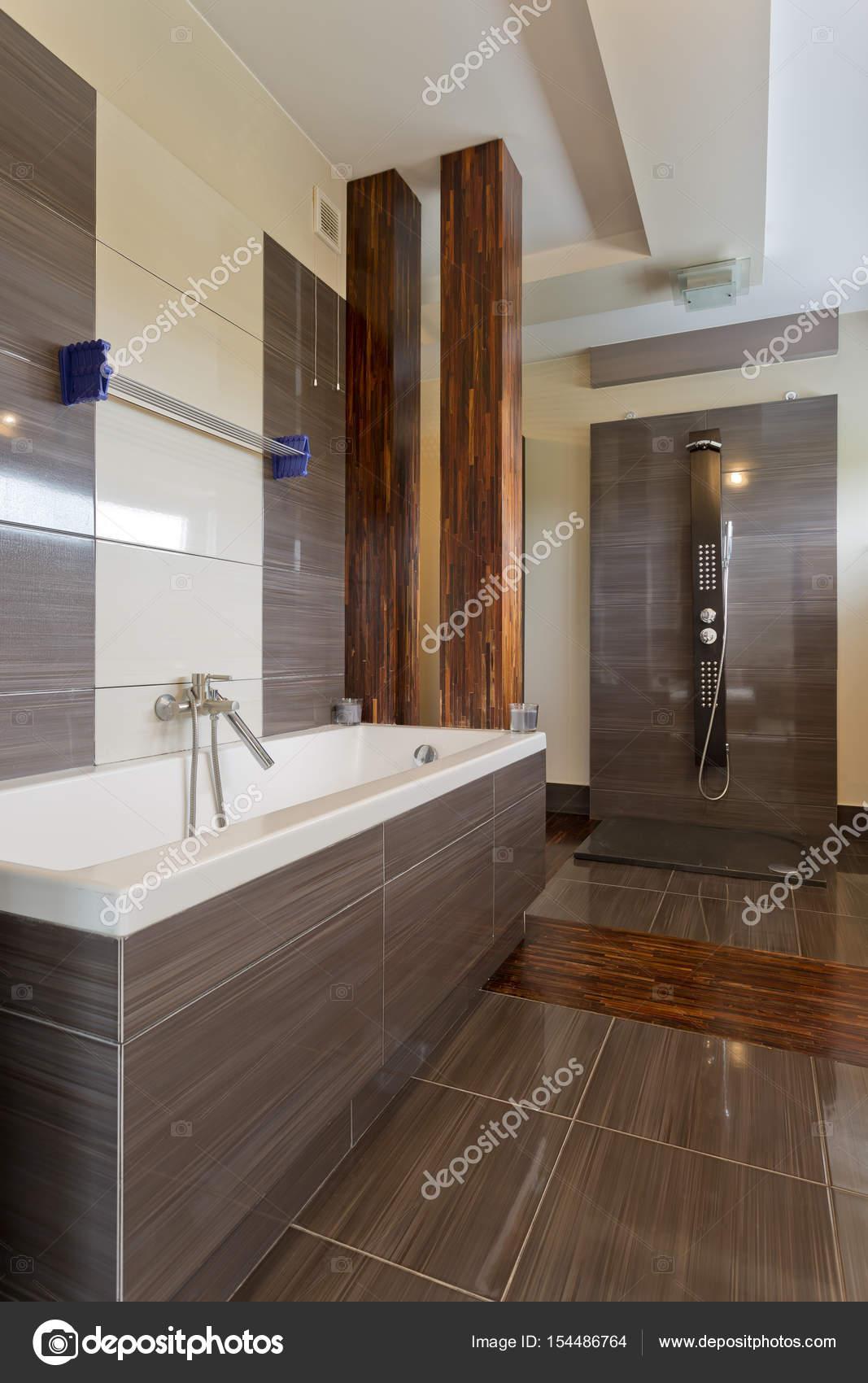 Élégante salle de bains avec grande baignoire — Photographie ...