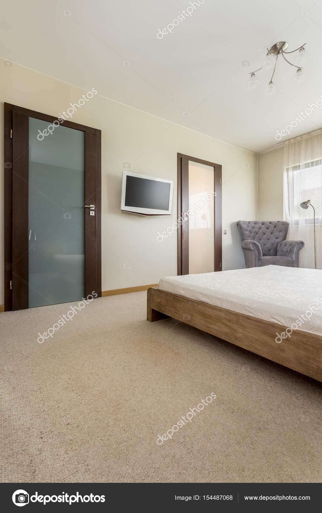Lichte slaapkamer met houten bed — Stockfoto © photographee.eu ...