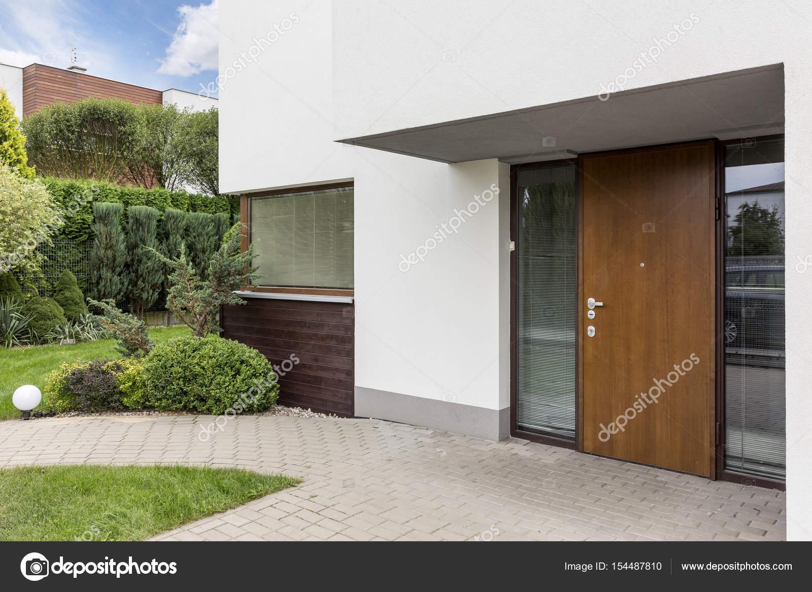 Houten deur naar moderne huis u stockfoto photographee eu