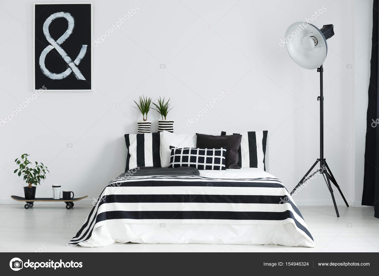 Skateboard, piante e lampada in camera da letto — Foto Stock ...