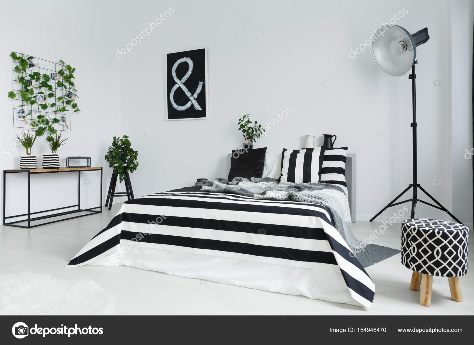 Slaapkamer Lamp Zwart : Slaapkamer met planten en lamp u stockfoto photographee eu