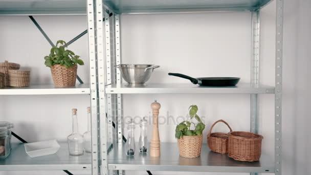 Kuchyňské doplňky na policích