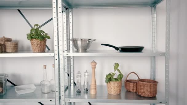 Keuken accessoires op de planken u2014 stockvideo © photographee.eu