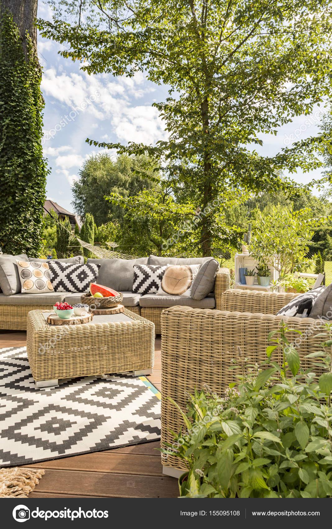 Terraza Exterior Con Muebles De Ratán Fotos De Stock