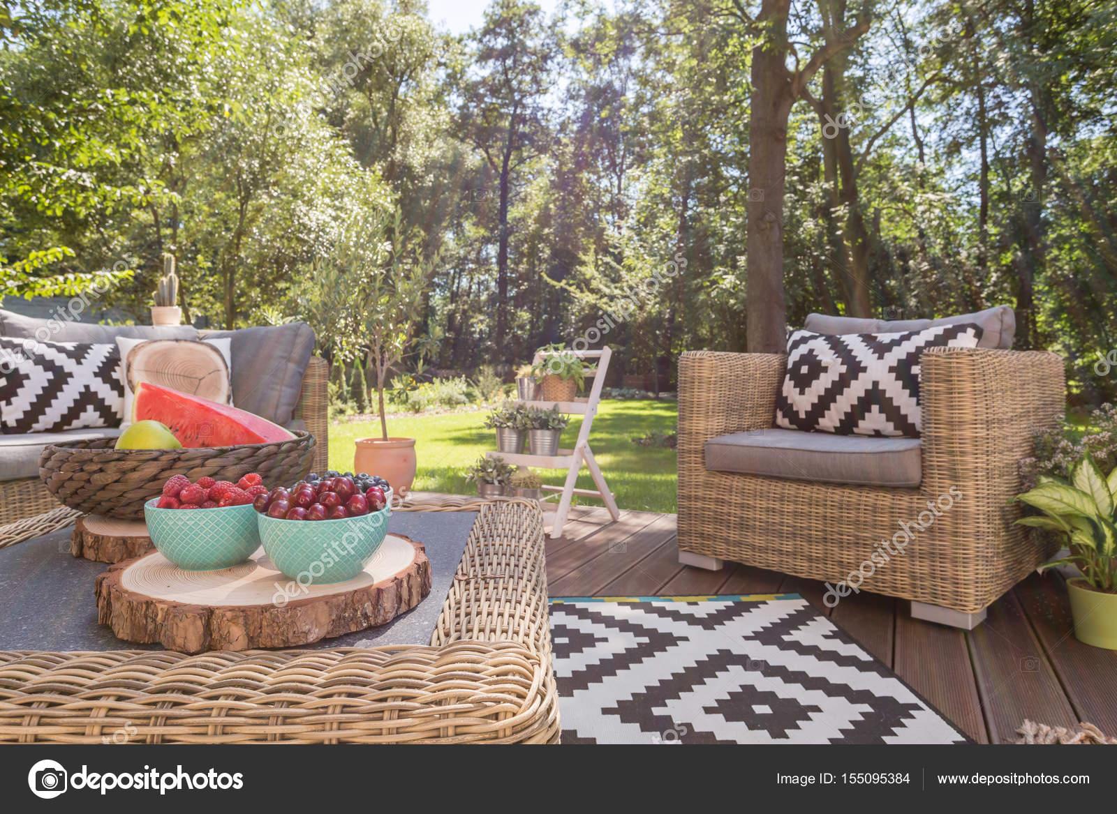 Bella Terrazza In Legno In Giardino Foto Stock