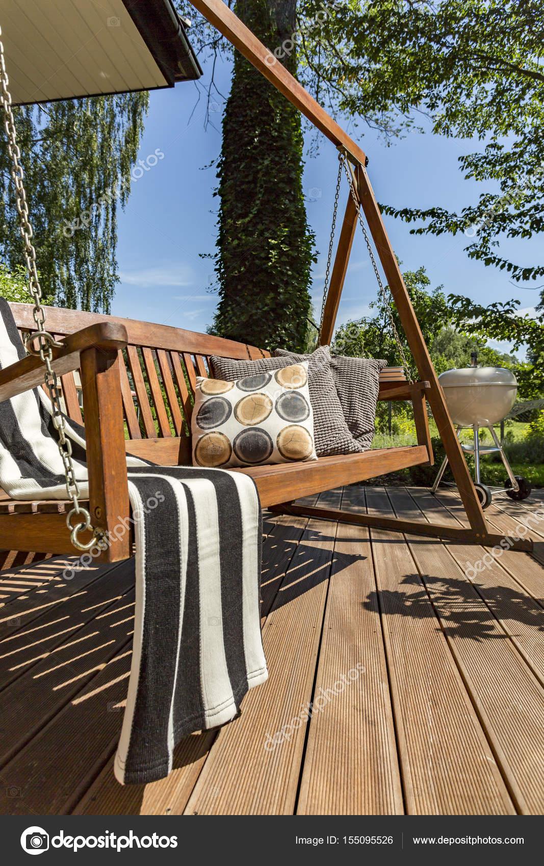 Terraza De Madera Con Una Oscilacion Del Jardin Hacen Foto De - Columpios-de-terraza