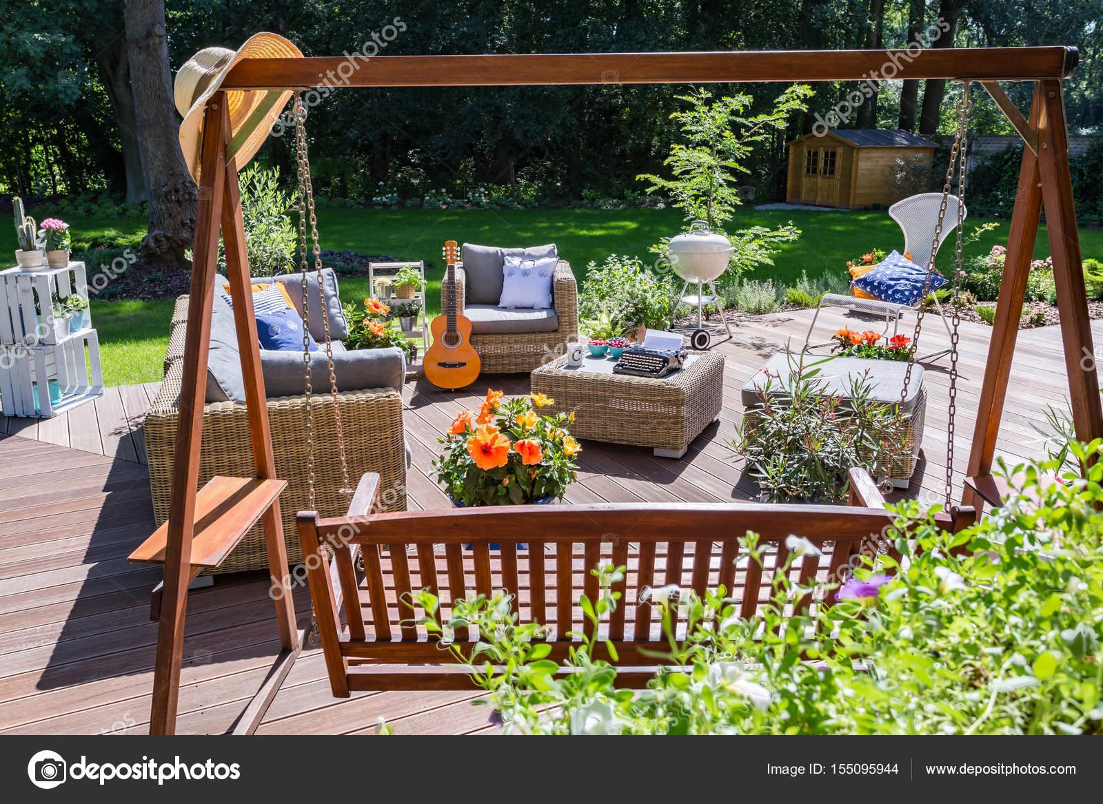Schommel Voor Tuin : Ruim terras met tuin schommel u stockfoto photographee eu