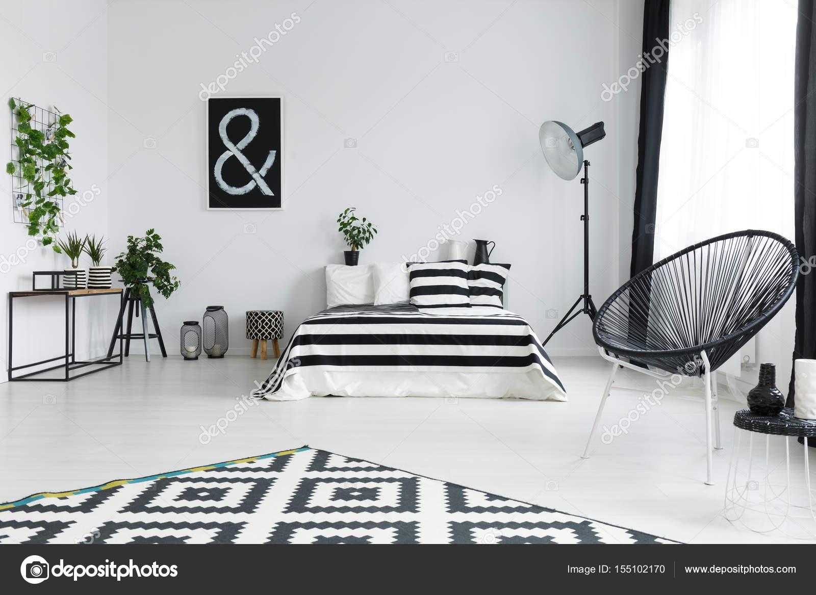 Camera da letto con piante e decorazioni — Foto Stock © photographee ...