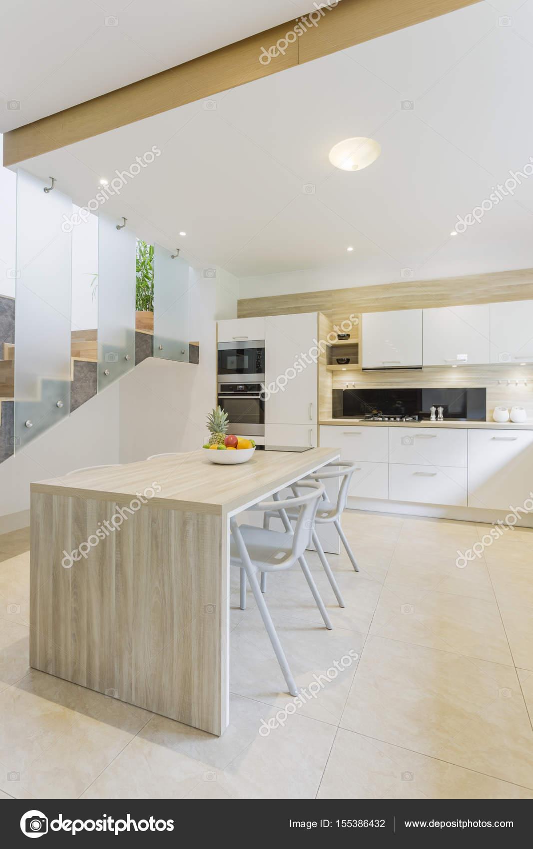 Küche mit Arbeitsplatte und Bar Hocker — Stockfoto © photographee.eu ...