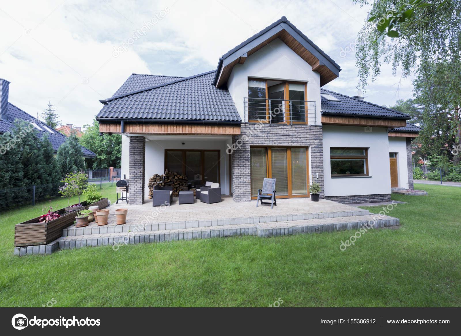 Grosser Garten Und Terrasse Am Haus Stockfoto C Photographee Eu