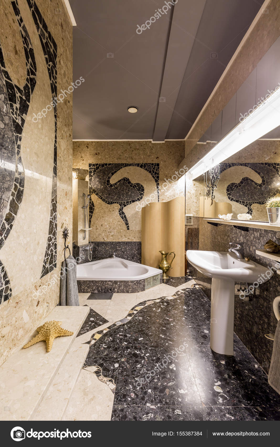 Geräumiges Badezimmer im Ethno-Stil — Stockfoto © photographee.eu ...
