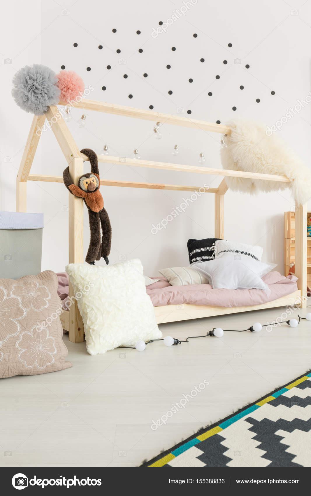 Habitación De Bebé Con Decoración De Pastel Foto De Stock