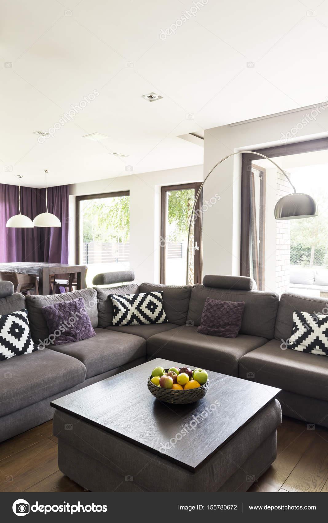 Comfortabele woonkamer met grote bank — Stockfoto © photographee.eu ...
