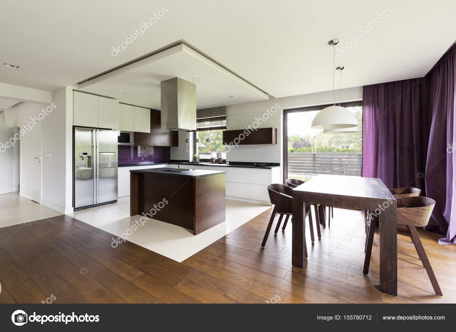 Moderne offene Küche mit Tisch aus Holz — Stockfoto © photographee ...