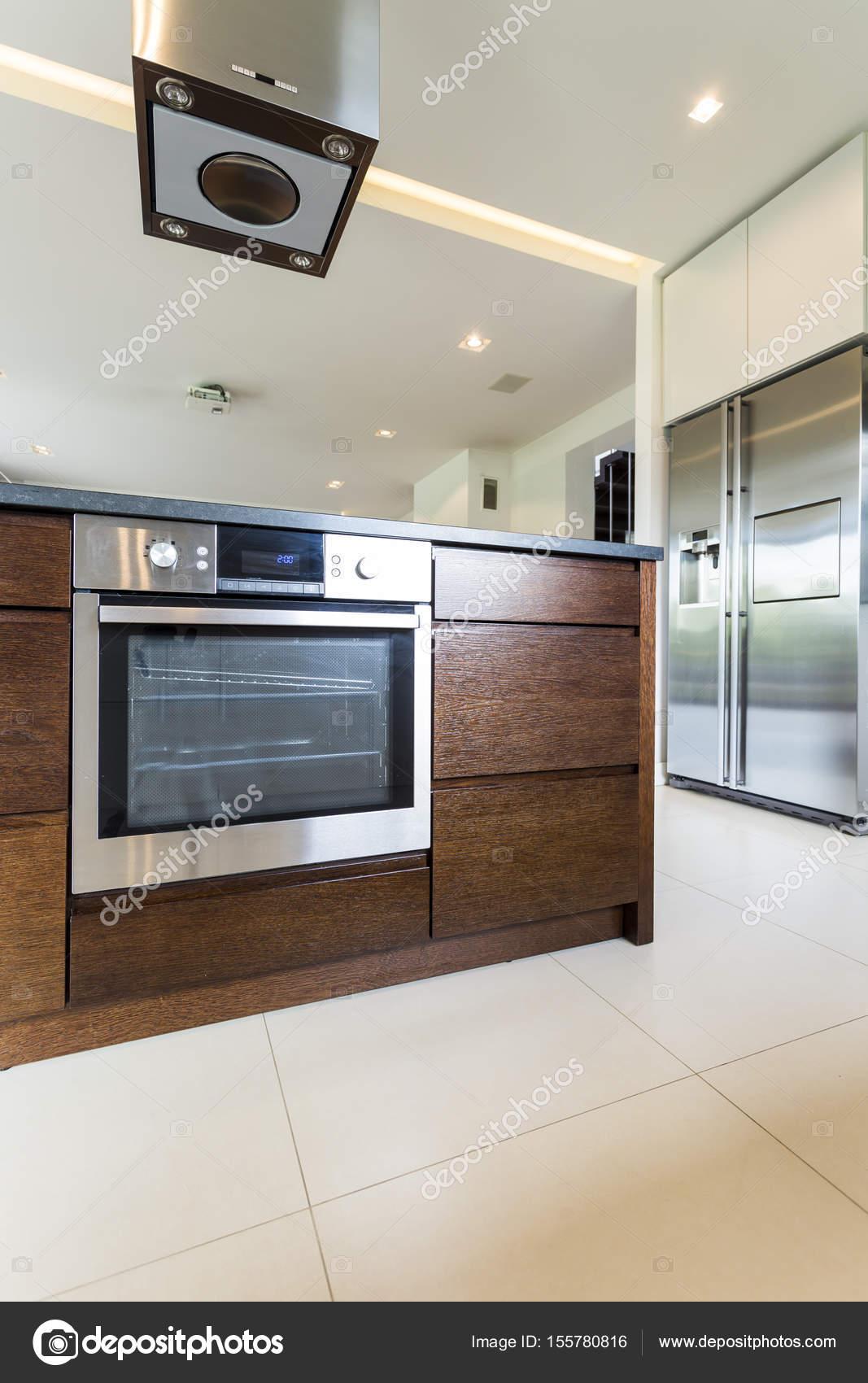 Elegante Holz Kücheninsel mit Backofen — Stockfoto © photographee.eu ...