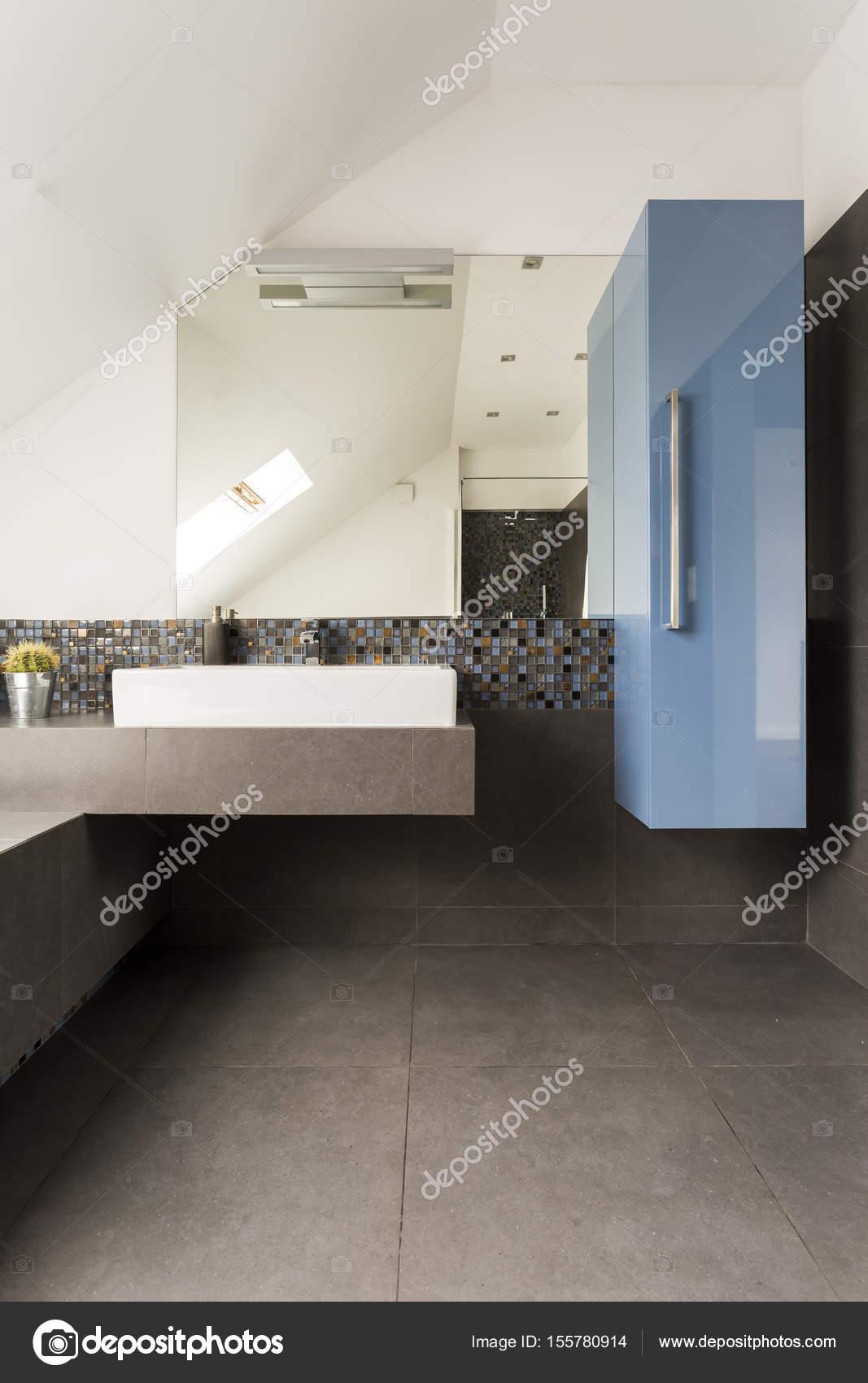 Gemutliche Dachgeschoss Bad Mit Blauen Schrank Stockfoto