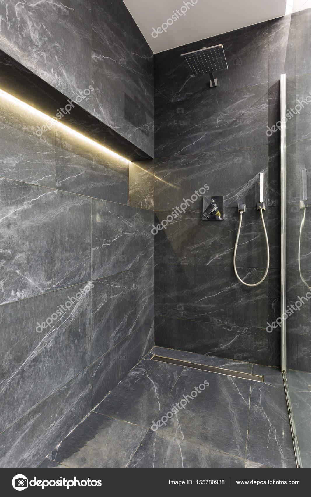 Elegancka Szara łazienka Z Prysznicem Zdjęcie Stockowe