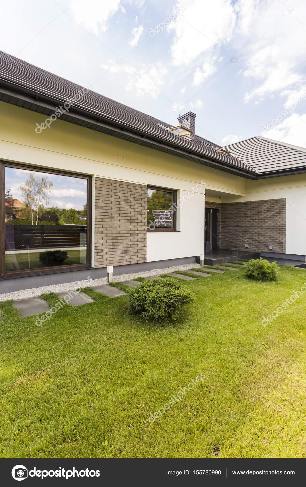 Modernes Haus außen mit Panorama-Fenster — Stockfoto © photographee ...