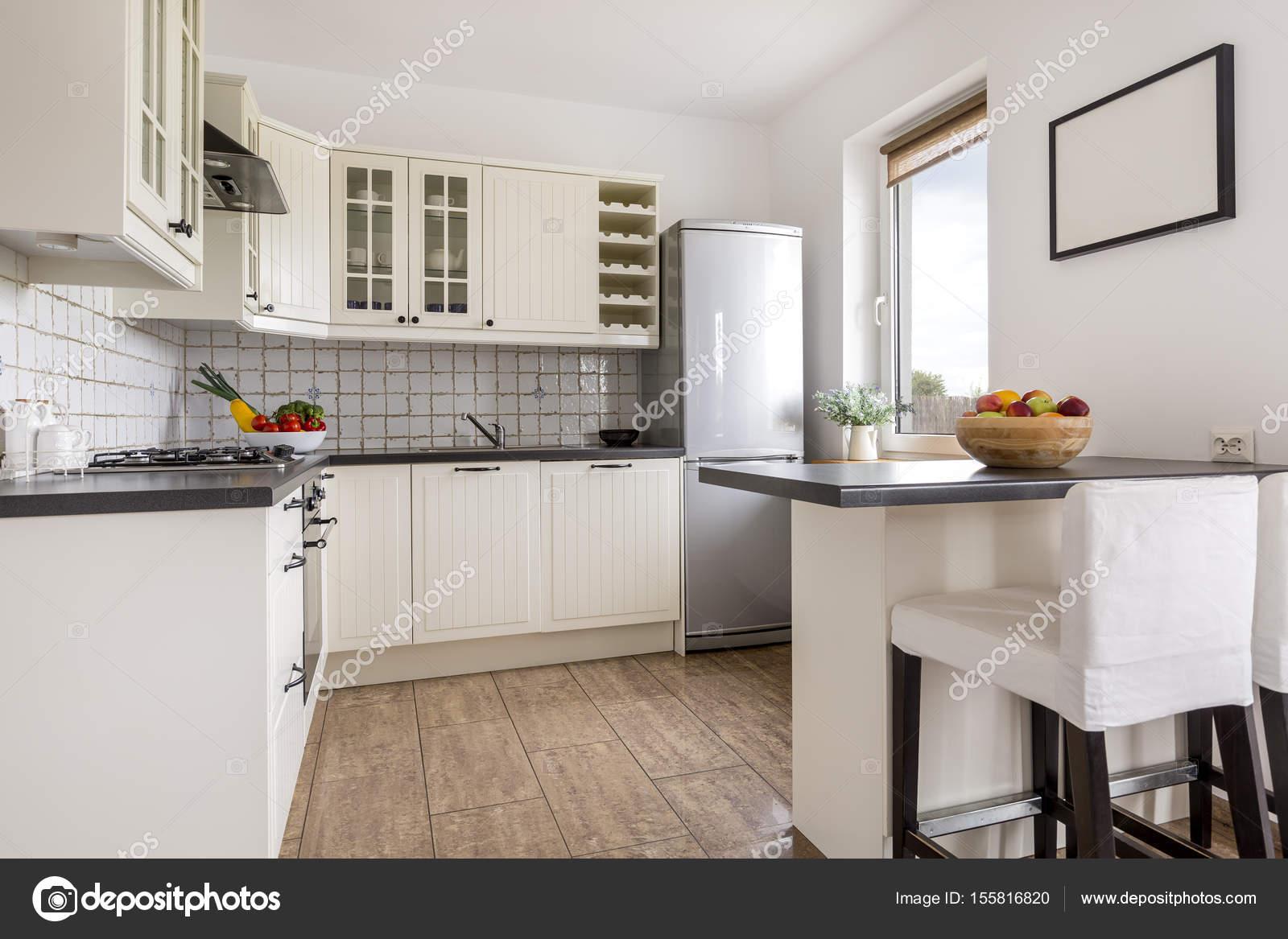 Cozinha Moderna Com Pintura Na Parede Fotografias De Stock