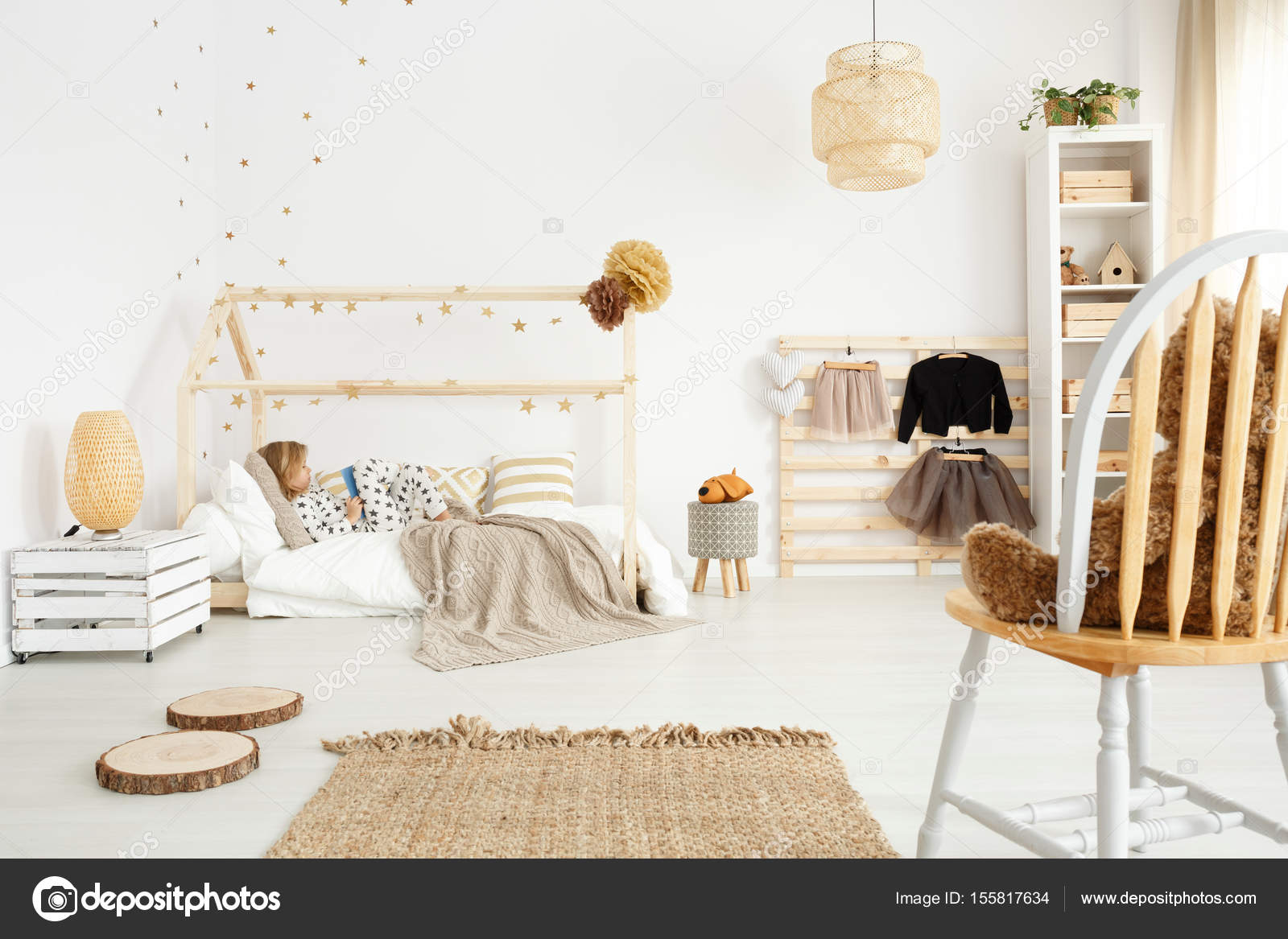 Camera da letto scandinavo con accessori eco-compatibili — Foto ...