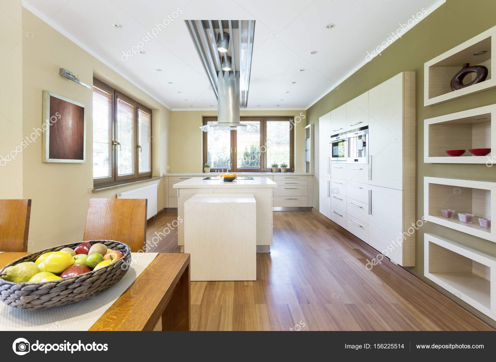 lumineuse cuisine fonctionnelle avec îlot de cuisine — photographie