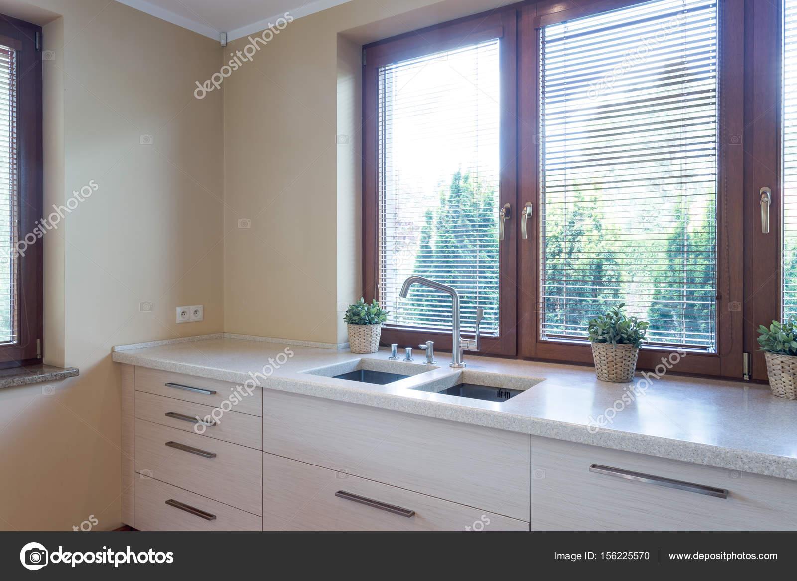 Küche mit Marmor Kitchentop mit Waschbecken — Stockfoto ...