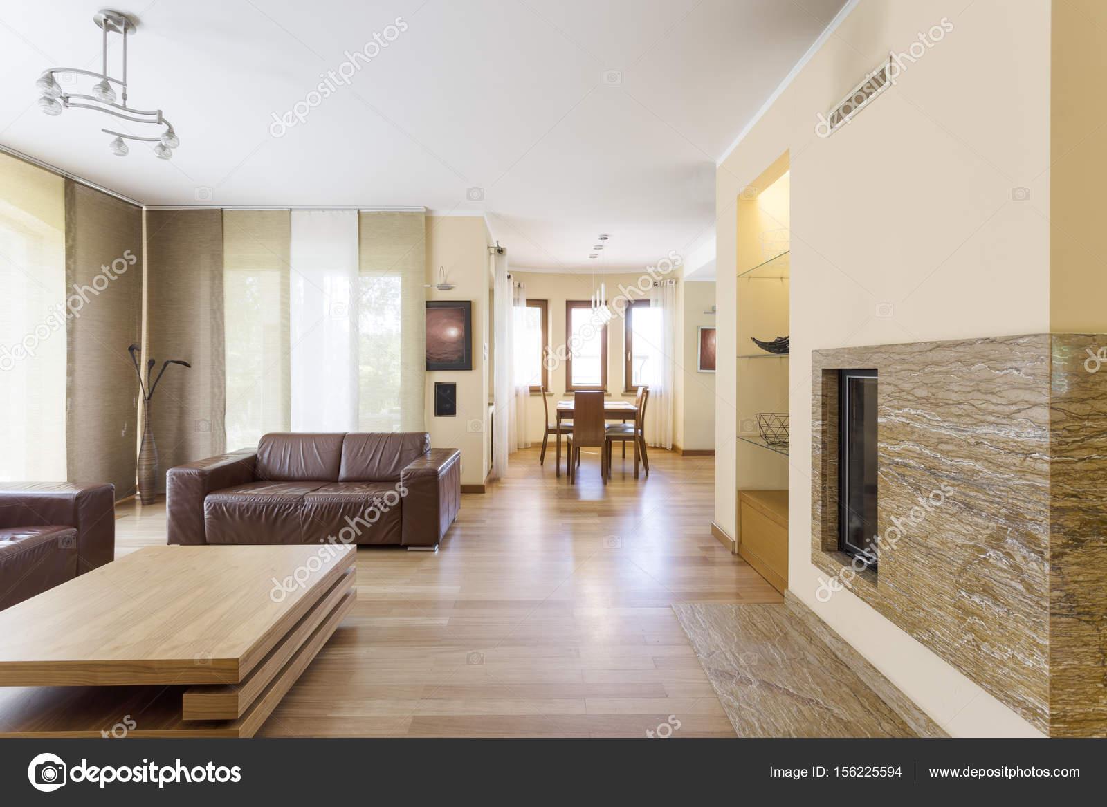 Elegant woonkamer met open haard — Stockfoto © photographee.eu ...