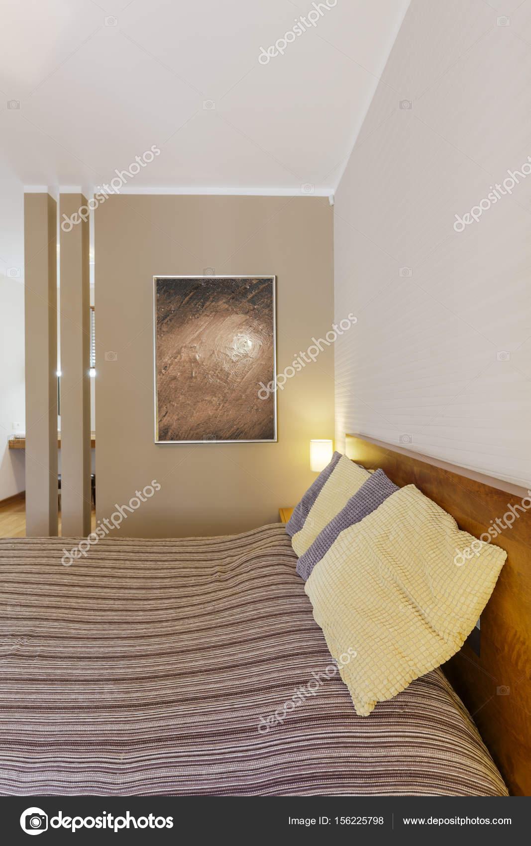 Bed in de slaapkamer met stijlvolle schilderij — Stockfoto ...