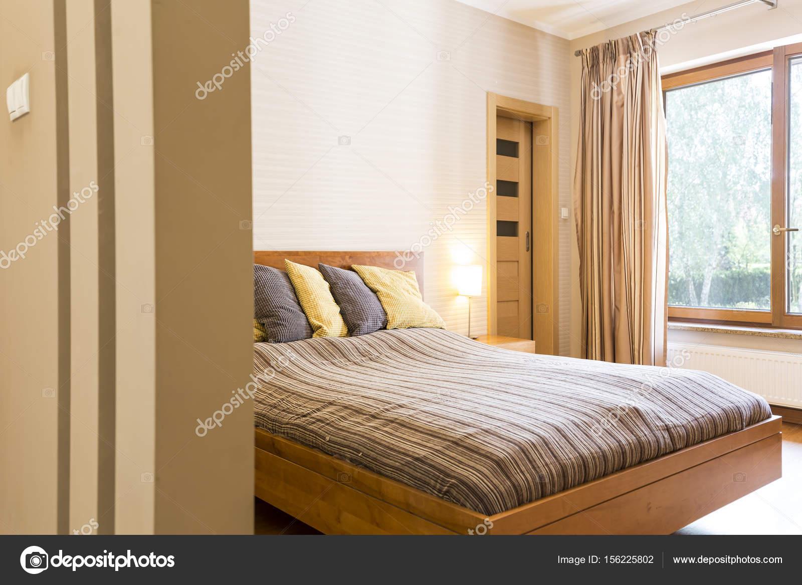 Grote slaapkamer met een tweepersoonsbed met kussens — Stockfoto ...