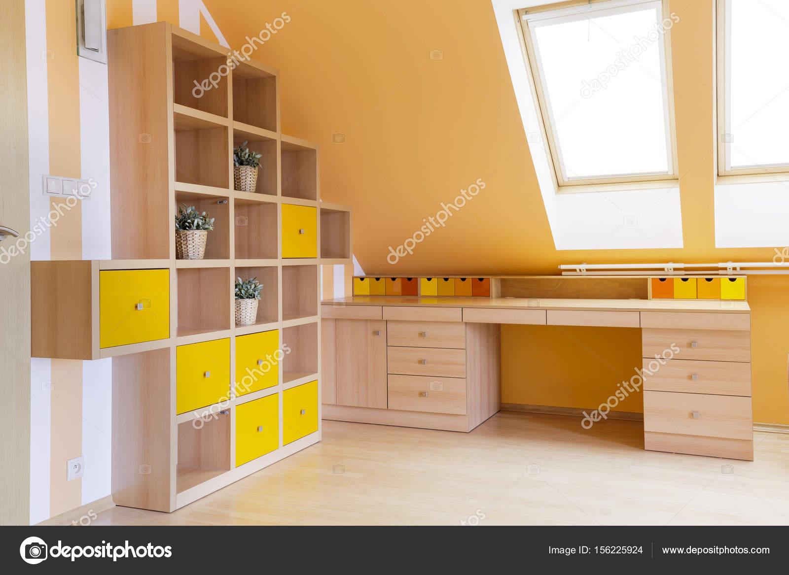 Bureau à la maison ensoleillée grenier u photographie photographee