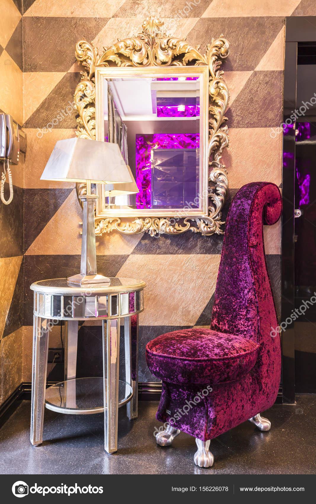 Glänzende Beistelltisch mit Lampe und einzigartige Sessel ...