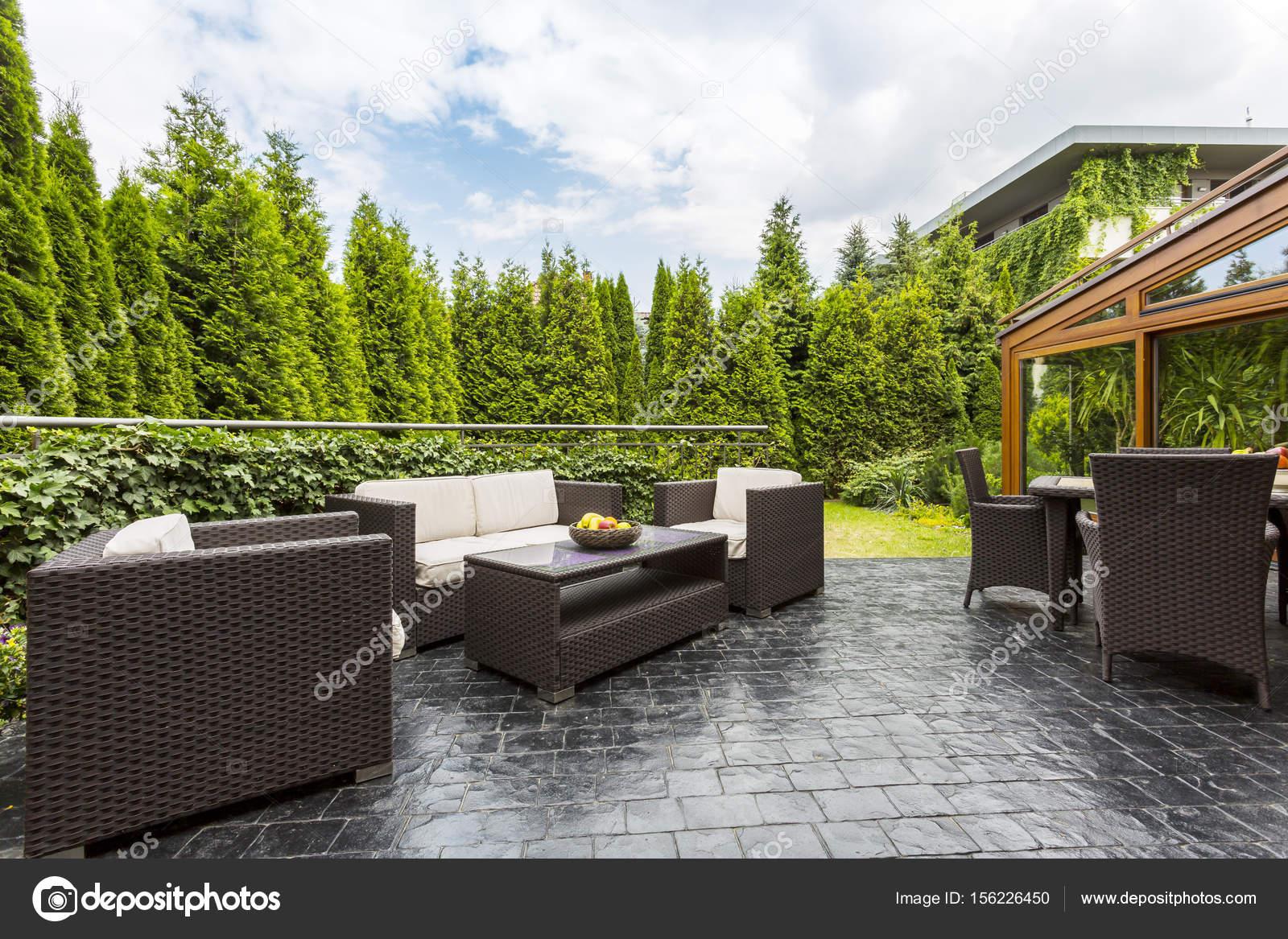 Patio terraza con muebles de jardín — Foto de stock © photographee ...