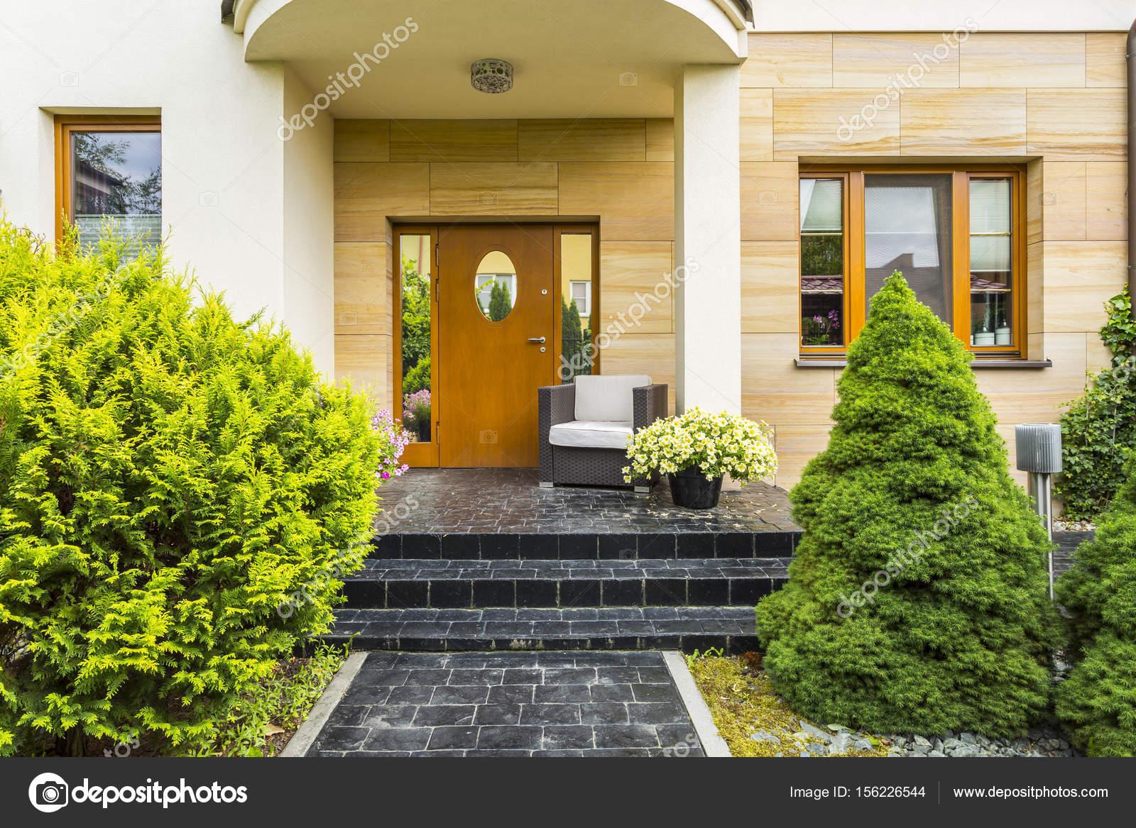 Elegante entrada a la casa moderna — Foto de stock © photographee.eu ...