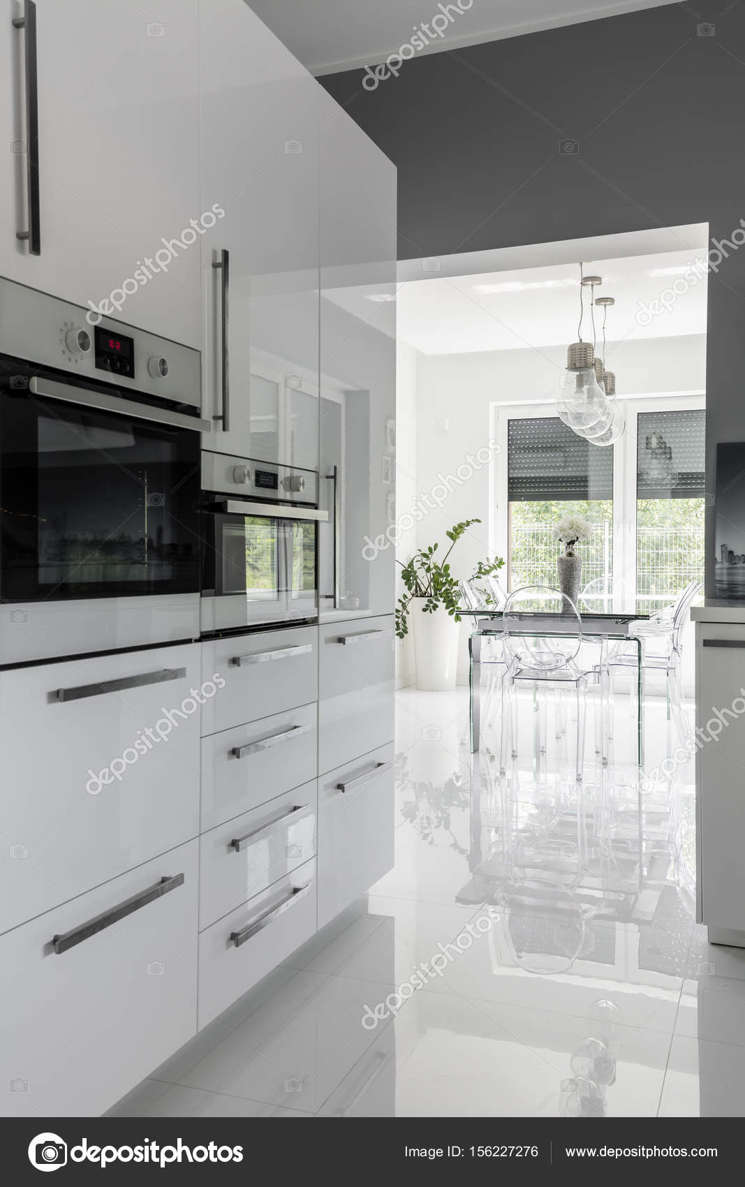 Modern ausgestattete sauberen Küche — Stockfoto © photographee.eu ...