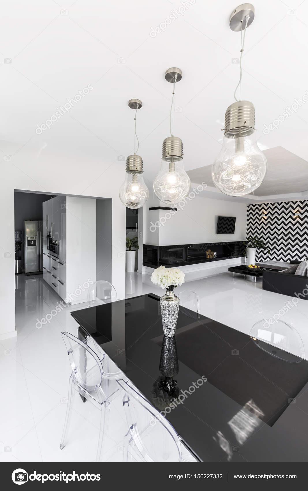 Witte Tafel Zwarte Stoelen.Zwarte Tafel Met Transparante Plastic Stoel Wit Excellente Gebied