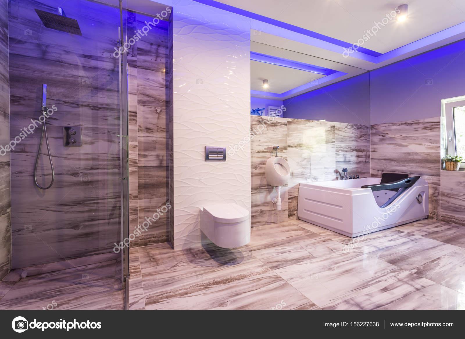 Marmer Tegels Badkamer : Badkamer met marmeren tegels en glas douchecabine u stockfoto
