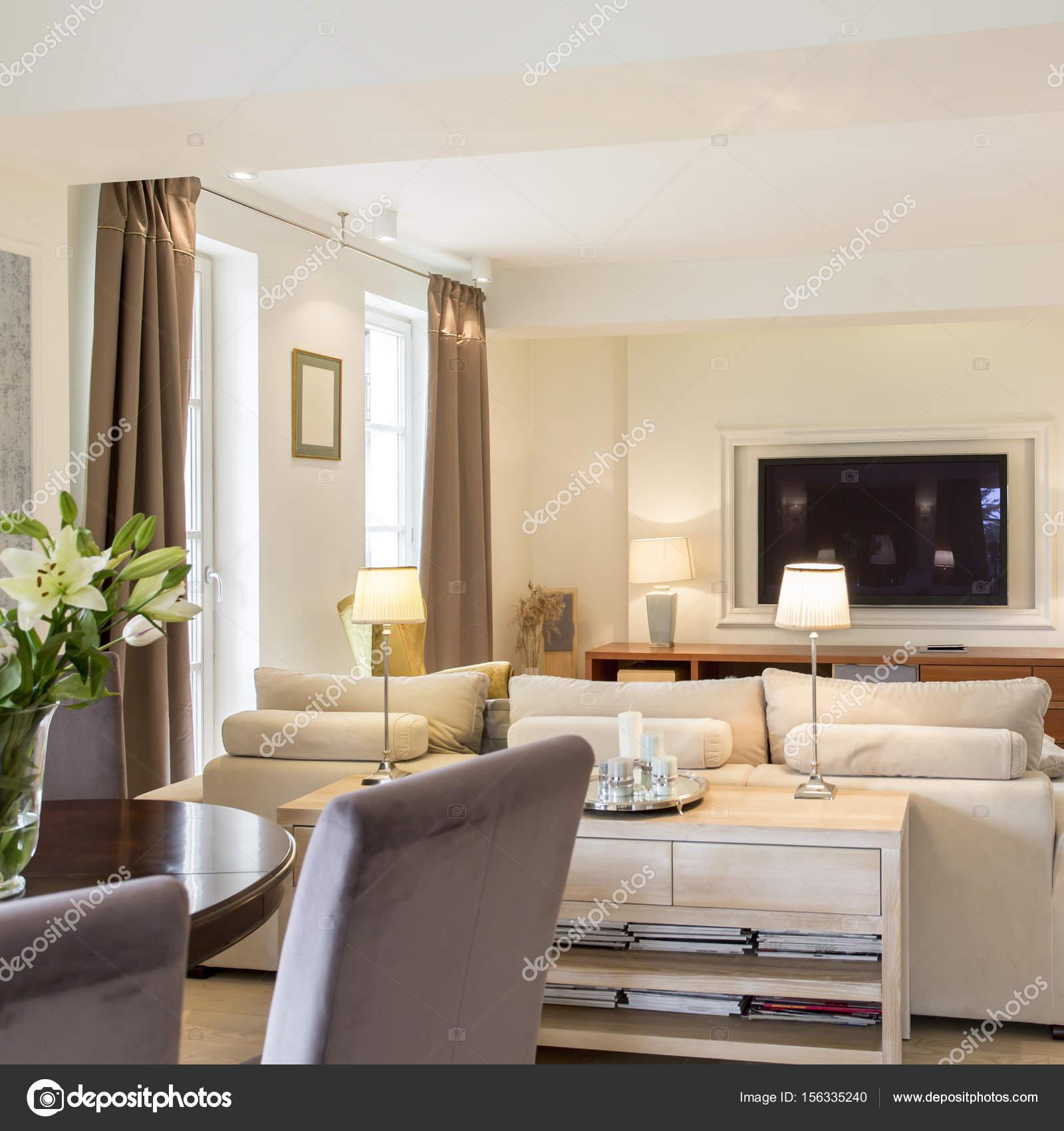 Modernes Wohnzimmer Mit Stilvollen Möbeln Und Tv Set Offen Zum Esszimmer  Mit Tisch Und Stühlen U2014 Foto Von Photographee.eu