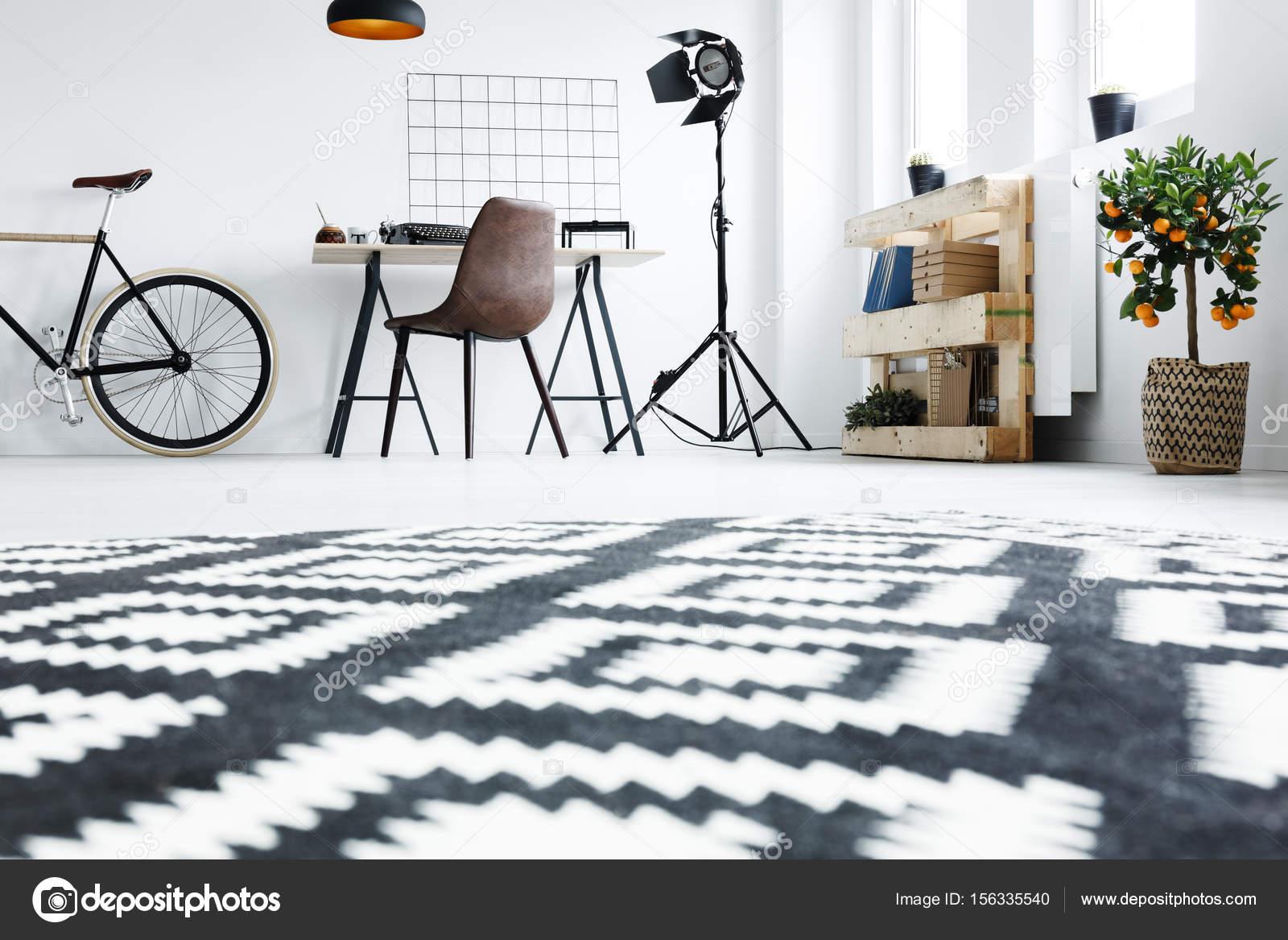 Tapis noir et blanc dans chambre — Photographie photographee.eu ...