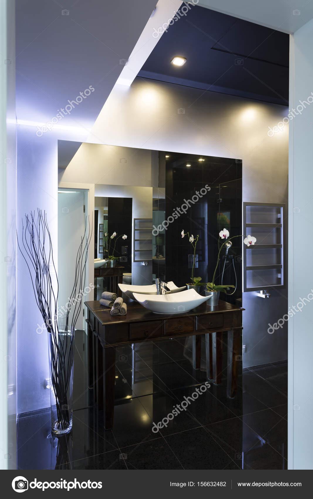 Badkamer met zwarte tegels — Stockfoto © photographee.eu #156632482